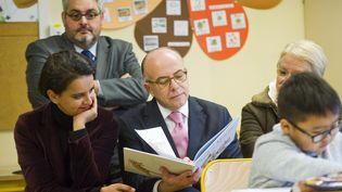 L'ex-Premier ministre, Bernard Cazeneuve (au centre), et l'ancienne ministre de l'Education nationale, Najat Vallaud-Belkacem (à gauche), à Clermont-Ferrand (Puy-de-Dôme), le 6 janvier 2017. (THIERRY ZOCCOLAN / AFP)