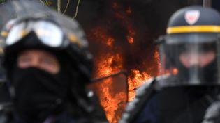Des CRSprésents lors de la manifestation parisienne du 1er-Mai, marquée par des violences près de la gare d'Austerlitz. (ALAIN JOCARD / AFP)