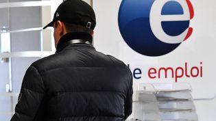 Un jeune hommedans une agence Pôle Emploi à Montpellier (Hérault), le 3 janvier 2019. (PASCAL GUYOT / AFP)