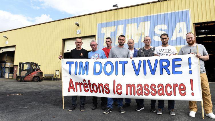 Des employés de l'entreprise TIM posent devant leur usine, le 20 juillet 2017, àQuaedyrpe (Nord). (FRANCOIS LO PRESTI / AFP)