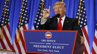 Donald Trump devant la presse dans le hall de la Trump Tower à New York, le 11 janvier 2017 (EVAN VUCCI / AP / SIPA)