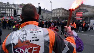 Un cheminot en grève le 22 mars 2018 devant la gare de l'Est à Paris. (MAXPPP)