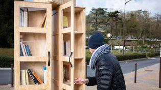 Une Boîte à Livres de la Région Ile-de-France installée à Fontainebleau.  (Vincent Loison/SIPA)