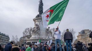 Rassemblement de la diaspora algérienne place de la République à Paris, le 21 février 2021. (SAMIR MAOUCHE / HANS LUCAS)