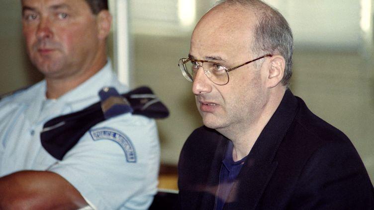 Jean-Claude Romand, lors de l'ouverture de son procès devant la cour d'assises de l'Ain, au palais de justice de Bourg-en-Bresse, le 25 juin 1996. (PHILIPPE DESMAZES / AFP)