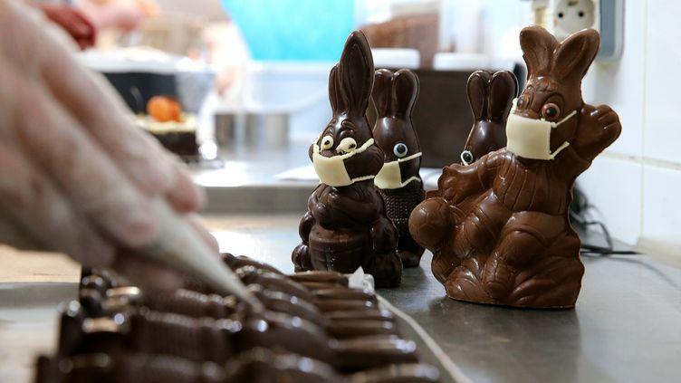 Clin d'oeil au contexte sanitaire actuel, unechocolaterie de Troyes (Aubes) commercialise des lapins de Noël portants des masques anti Covid-19. (FRANCOIS NASCIMBENI / AFP)