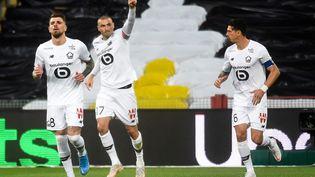 Auteur d'un doublécontre Lens, Burak Yilmaz célèbre son ouverture du score pour le LOSC lors du derby du Nord le 7 mai 2021 à Bollaert. (FRANCOIS LO PRESTI / AFP)