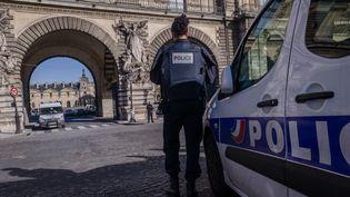 Les forces de police devant le Carrousel du Louvre, le 3 février 2017, à Paris. (JULIEN MATTIA / AFP)