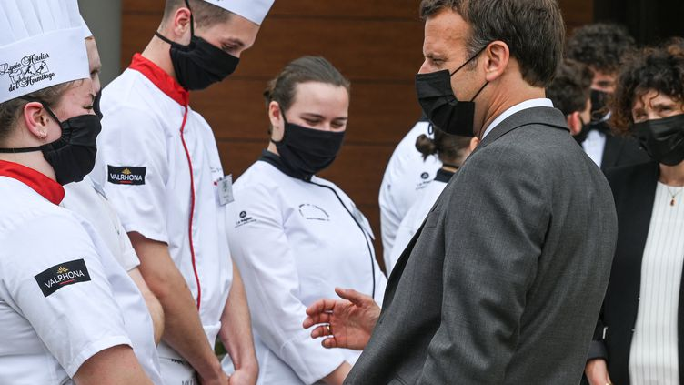 Emmanuel Macronen visite dans un lycée hôtelier de la Drôme, à la veille de l'ouverture des salles de restaurant, le 8 juin 2021. (PHILIPPE DESMAZES / AFP)