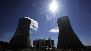 Tours de refroidissement de la centrale nucléaire du Tricastin dans la Drôme. (PHILIPPE DESMAZES / AFP)