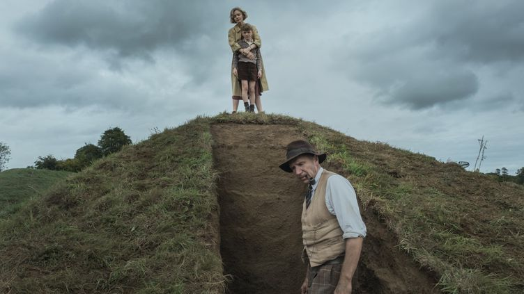 "Ralph Fiennes, Carey Mulligan et Archie Banes dans ""The Dig"" de Simon Stone. (LARRY HORRICKS/NETFLIX © 2021 )"