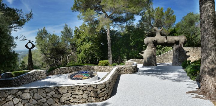Labyrinthe Miró : Joan Miró, L'Arc et la Fourche, 1963, le Cadran solaire, 1973. Photo Roland Michaud / Archives Fondation Maeght (Successió Miró, Adagp Paris, 2019.)