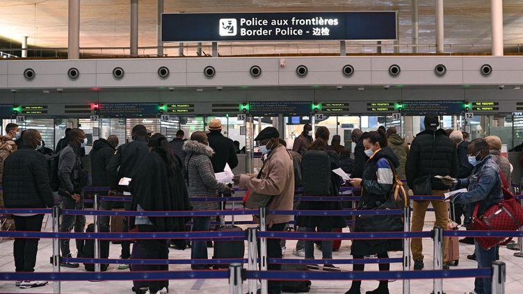 Des voyageurs font la queue devant le bureau de l'immigration de l'aéroport international Roissy-Charles-de-Gaulle,le 1er février 2021. (CHRISTOPHE ARCHAMBAULT / AFP)