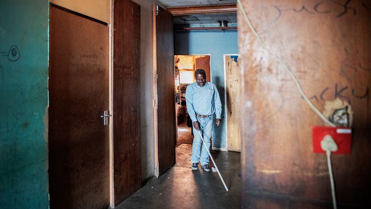 Jetro Gonese est arrivé du Zimbabwe en Afrique du Sud en 2008. Avec d'autres personnes malvoyantes, il vit dans un immeuble deJohannesburg. (LUCA SOLA / AFP)