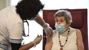 Une infirmière administre une dose du vaccin contre le Covid-19 de Pfizer et BioNTech à une résidente d'un Ehpad de Bobigny (Seine-Saint-Denis) le 30 décembre 2020. (STEPHANE DE SAKUTIN / AFP)