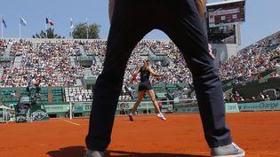 Maria Sharapova lors de son entrée en lice à Roland-Garros contre la Roumaine Alexandra Cadantu, le 29 mai 2012. (JACQUES DEMARTHON / AFP)