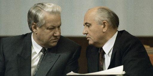 Le président russe, Boris Eltsine, et le président soviétique, Mikhaïl Gorbatchev, à Moscou le 1er septembre 1991. (AFP - Ria Novosti - Abramochkin Yuryi)