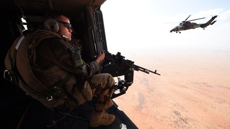 Un soldat français de l'opération Barkhane à bord d'un hélicoptère lors d'une mission de patrouille, le 12 mars 2016 au Sahel. (PASCAL GUYOT / AFP)