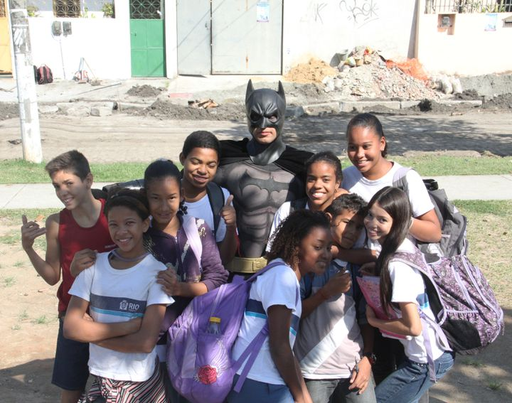(Les enfants des quartiers populaires de Rio apprécient Batman © RF/GA)