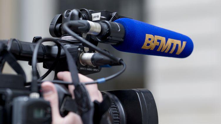 Une caméra de BFMTV, en avril 2015 à Paris. (KENZO TRIBOUILLARD / AFP)