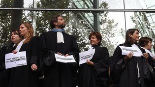 Des avocats manifestent, le 21 octobre 2015 devant le palais de justice de Toulouse, contre la réforme de l'aide juridictionnelle, mais aussi les violences subies la veille par leurs confrères lillois. (ERIC CABANIS / AFP)