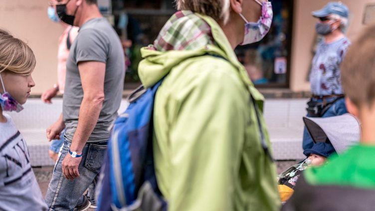 Des passants portent le masque dans les rues de Collioure (Pyrénées-Orientales), le 15 mai 2021. (ALINE MORCILLO / HANS LUCAS)