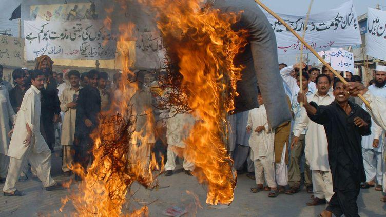 Manifestation au Pakistan le 18 mars 2008 pour protester contre la publication au Danemark de caricatures de Mahomet. L'effigie brûlée est celle du Premier ministre danois. (MK CHAUDHRY / EPA)