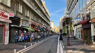 Une rue de commerçanteà Nicetrès peu fréquentée par les touristes pour un mois de septembre. (NOEMIE BONNIN / RADIO FRANCE)