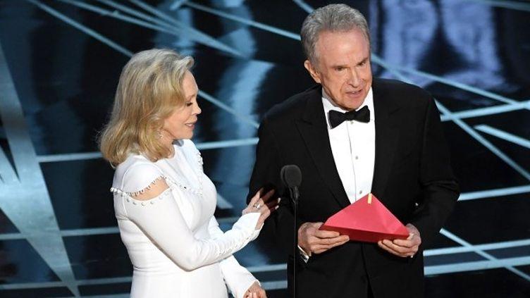 Warren Beatty et Faye Dunaway annonce le mauvais meilleurs film à la cérémonie des Oscars 2017  (KEVIN WINTER / GETTY IMAGES NORTH AMERICA / AFP)