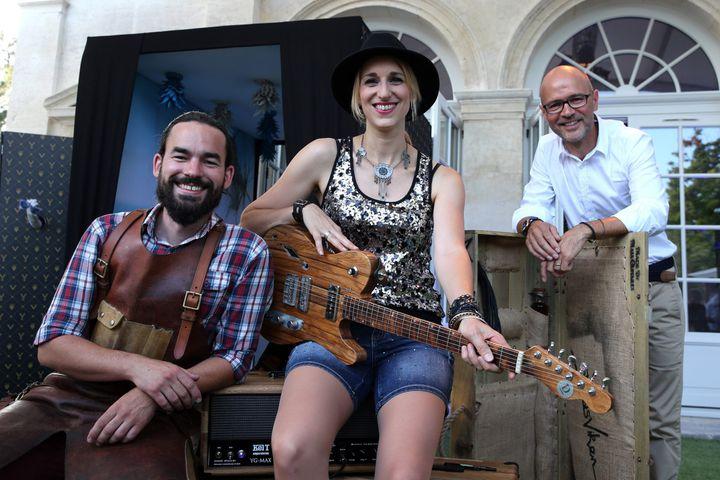 Gildas Vaugrenard (à gauche) a fabriqué avec Thierry Doreau (à droite) la guitare du concert de Gaelle Buswel.  (Renaud Joubert / MAX PPP)