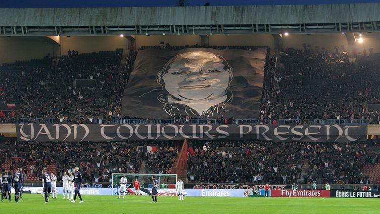 Une banderole en hommage àYann Lorence est déployée par les supporters du PSG, le 10 avril 2010 au Parc des Princes. (JACQUES DEMARTHON / AFP)