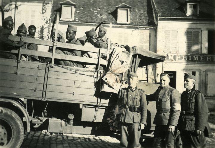 """""""Tirailleurs sénégalais"""" prisonniersdes Allemands dansle secteurde Reims en 1940, sans autre précision (AFP - Gusman/Leemage)"""