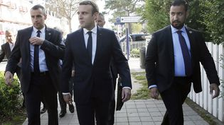 Le président Emmanuel Macron accompagné d'Alexandre Benalla (à droite), le 19 juillet 2018 au Touquet (Pas-de-Calais). (MAXPP)
