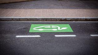 Une place de stationnement et de rechargement pour véhicule électrique, à Perpignan (Pyrénées-Orientales), le 16 mai 2020. (IDHIR BAHA / HANS LUCAS / AFP)