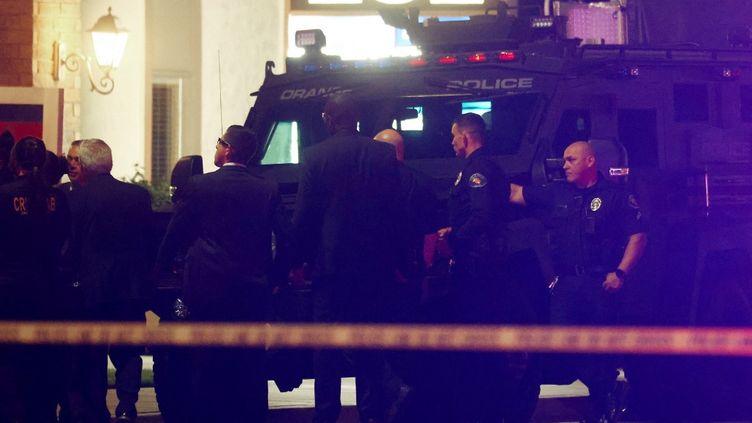 Des policiers près de l'immeuble où la tuerie s'est déroulée, à Orange (Etats-Unis), le 31 mars 2021. (MARIO TAMA / GETTY IMAGES NORTH AMERICA / AFP)
