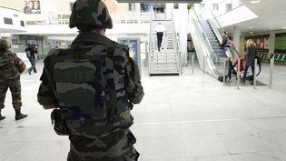 Un soldat patrouille dans l'aéroport de Mérignac (Gironde), dans le cadre du plan Vigipirate, le 14 novembre 2015. (JEAN-PIERRE MULLER / AFP)