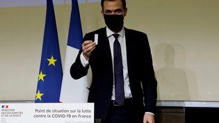 Le ministre de la Santé Olivier Véran présente un prototype de test du Covid-19, à la fin de sa conférence de presse à l'hôpital Bichat, à Paris, le 1er octobre 2020. (LUDOVIC MARIN / AFP)