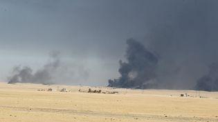 De la fumée près de la base militaire deQayyarah à 60 km de Mossoul (AHMAD AL-RUBAYE / AFP)