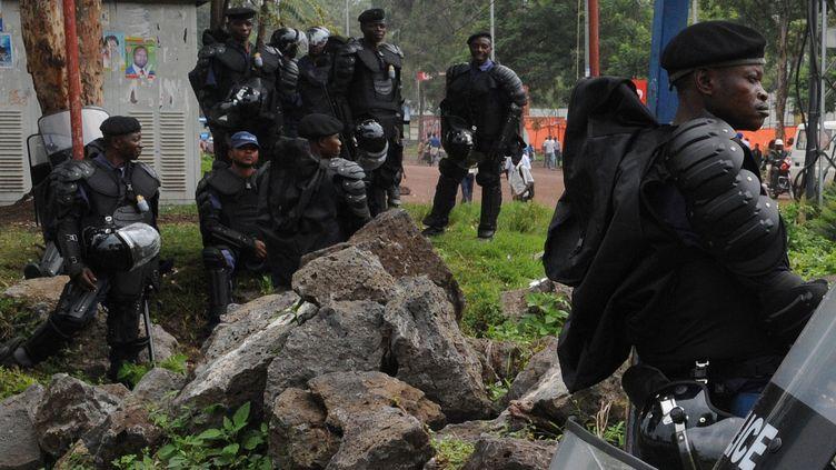 Des policiers anti-émeutes dans les rues de Goma (République démocratique du Congo), le 6 décembre 2011. (SIMON MAINA / AFP)