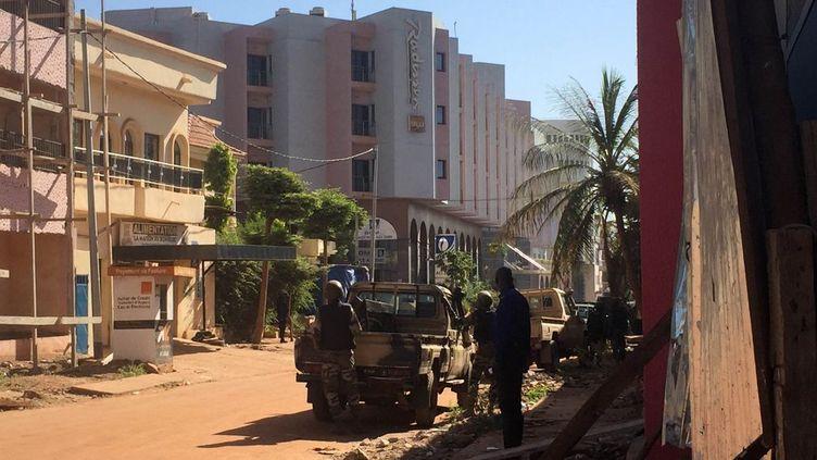 En ce milieu de matinée, elles attendent de pouvoir lancer l'assaut pour tenter de mettre fin à la prise d'otages qui a commencé à 8h (heure française). Elles ont été épaulées par les forces spéciales françaises en milieu de journée. En raison de la situation, le président malien Ibrahim Boubacar Keïta, qui se trouvait à N'Djamena, au Tchad, pour un sommet d'un groupe de pays du Sahel, a décidé de rentrer dans son pays. Cette prise d'otages survient une semaine après les attaques meurtrières de Paris et Saint-Denis, le 13 novembre 2015. ( AFP PHOTO / SEBASTIEN RIEUSSEC)