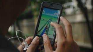 """Une personne joue à """"Pokémon Go"""" à Jakarta (Indonésie), le 14 juillet 2016. (DASRIL ROSZANDI / NURPHOTO / AFP)"""