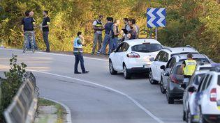 Des policiers à Subirats (Espagne), où un homme qui portait ce qui ressemblait à une ceinture explosive a été abattu, le 21 août 2017. (JOSEP LAGO / AFP)
