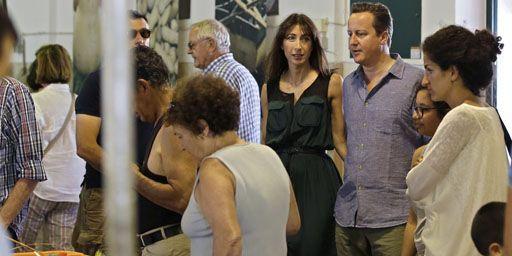 David et Samantha Cameron au marché d'Aljezur dans l'Algarve (sud du Portugal) le 26-7-2013. (Reuters - Armando Franca - pool)