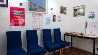 Lasalle d'attente vide d'un cabinet de médecin généraliste à Paris, le 24 février 2020. (RICCARDO MILANI / HANS LUCAS / AFP)