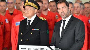 Christophe Castaner accompagné du préfet du Gard Didier Lauga à Nîmes (Gard), lors de la cérémonie d'hommage à Franck Chesneau, le 6 août 2019. (PASCAL GUYOT / AFP)