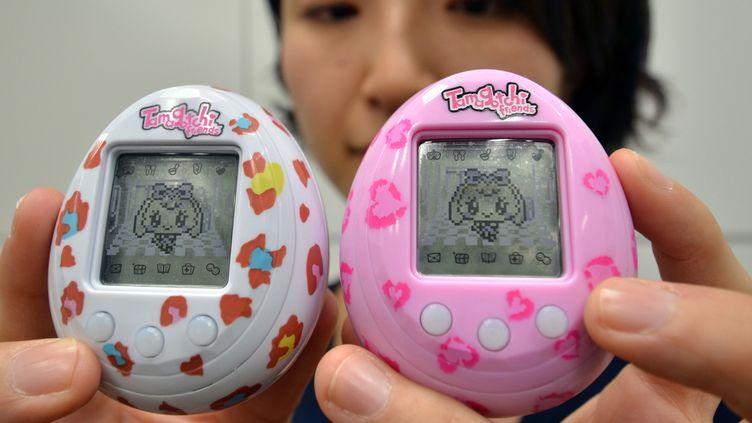 Une employée de Bandai présente une nouvele version du Tamagotchi, le 27 novembre 2013, à Tokyo (Japon). (YOSHIKAZU TSUNO / AFP)