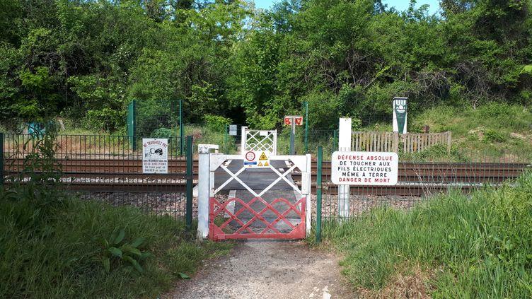 Le passage piéton sur les voies ferrées où s'est produit l'accident, à Montigny-lès-Cormeilles (Val-d'Oise). (STÉPHANIE BERLU / RADIO FRANCE)