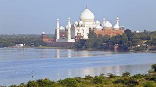 Le Taj Mahal, au bord de la rivière Yamuna, le 21 septembre 2011 à Agra (Inde). (GAVIN HELLIER / ROBERT HARDING PREMIUM / AFP)