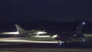 Un Rafale de l'armée française se prépare à décoller sur la base aérienne de Saint-Dizier (Haute-Marne) pour frapper la Syrie, dans la nuit du 13 au 14 avril. (- / ECPAD)