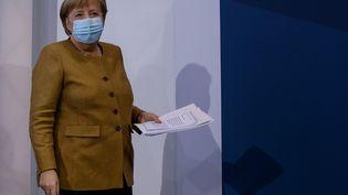 La chancelière allemande, Angela Merkel, part après une conférence de presse à Berlin, le 25 novembre 2020. (ODD ANDERSEN / AFP)